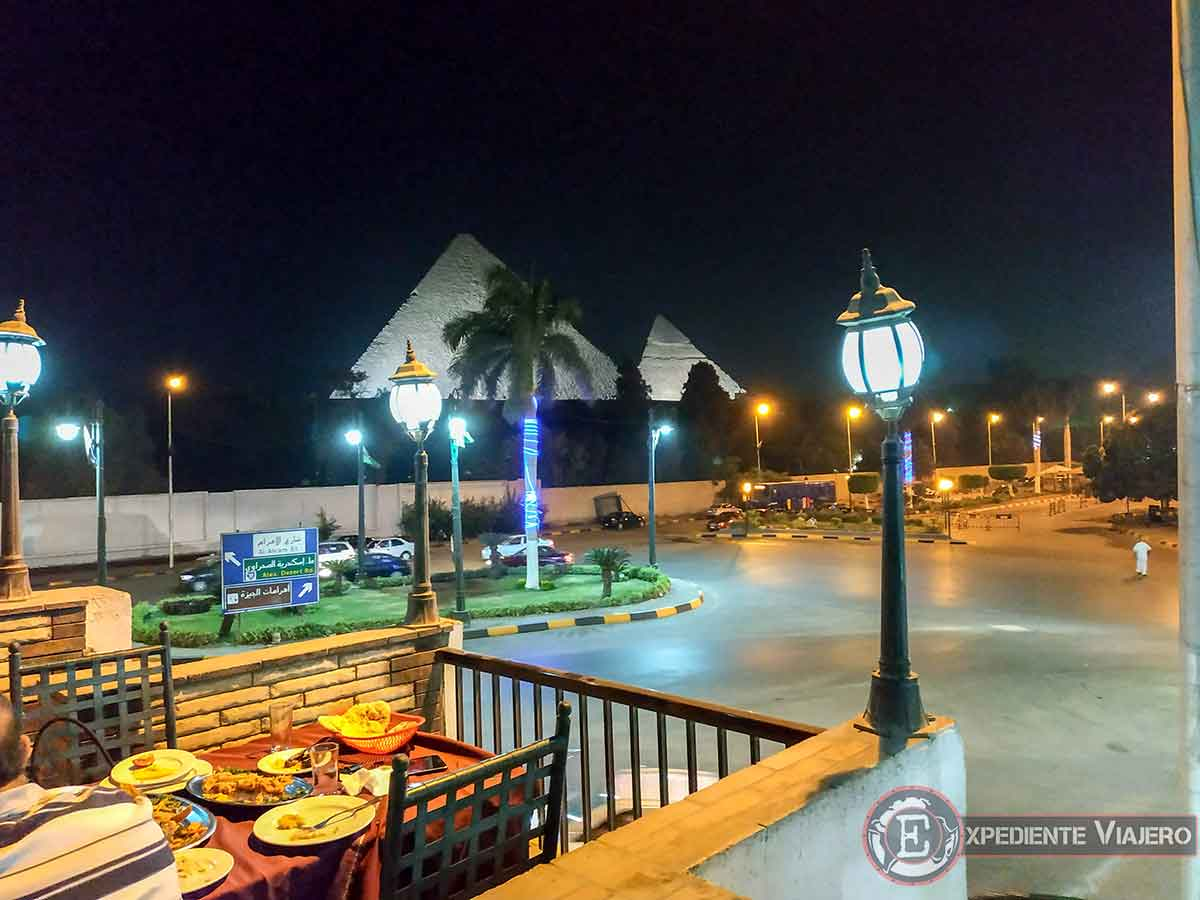 Cena frente a las pirámides