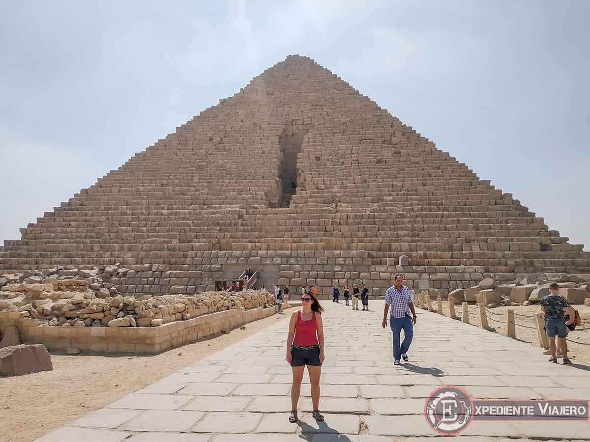 Frente a la Pirámide de Micerino y su gran cicatriz