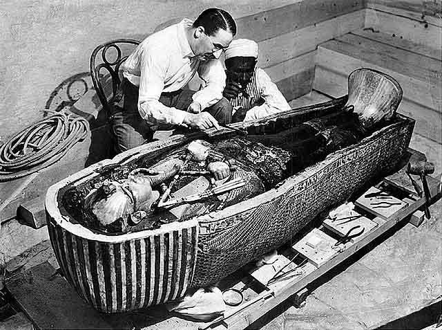 Howard Carter junto al sarcófago de Tutankamón