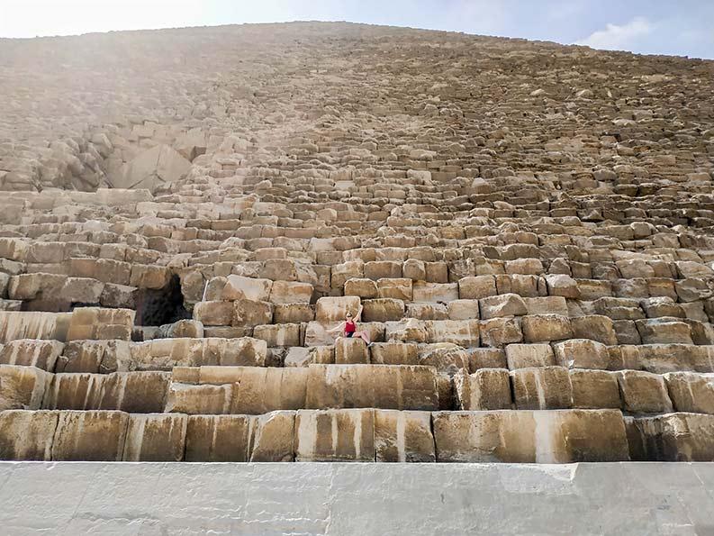 Sobre las piedras de la Gran Pirámide de Guiza