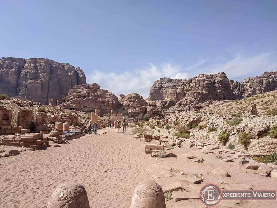 Recorriendo la Avenida de las Columnas de Petra