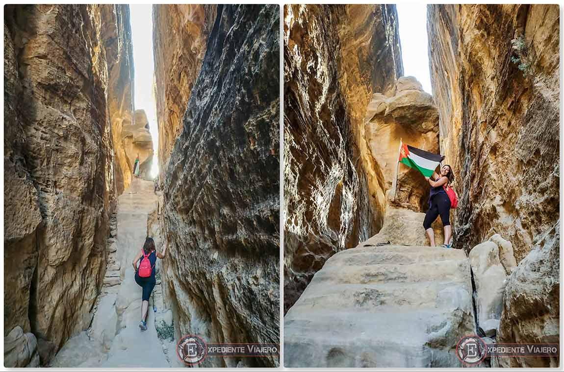 Puño de piedra y bandera de Jordania en Little Petra