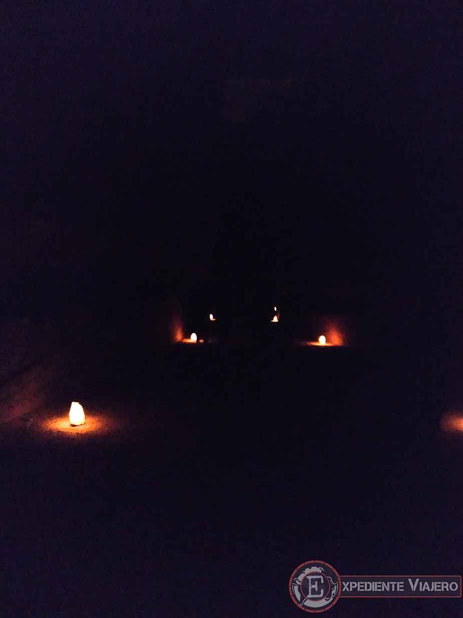 Camino iluminado de velas, de Petra by Night