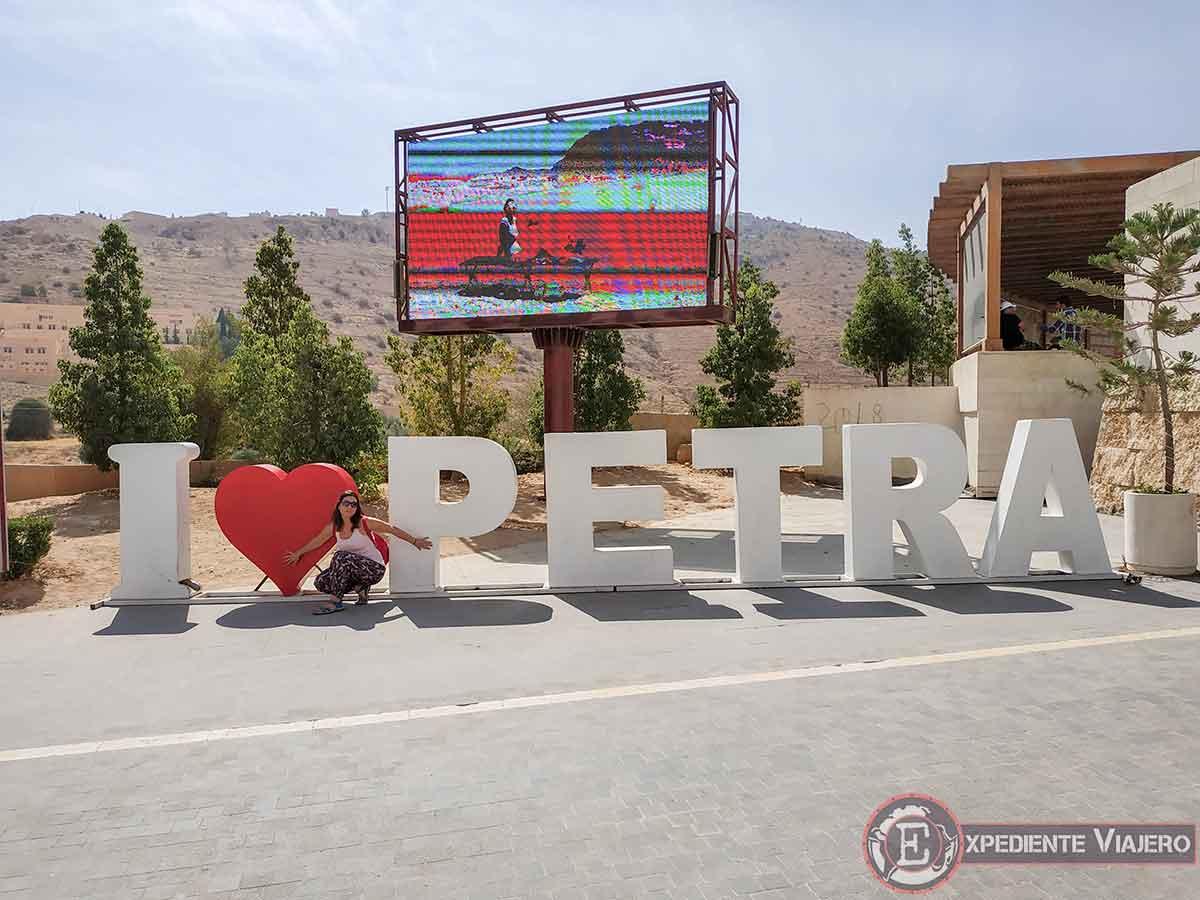 """Letras de """"i love Petra"""" en el Centro de Visitantes"""