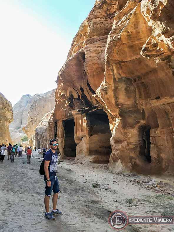 Triclinio excavado en la roca en Little Petra
