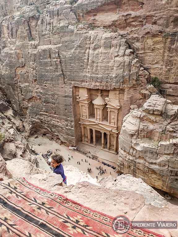 Niño jugando en el precipicio del mejor mirador del Tesoro de Petra