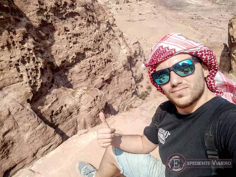 Subida al mejor mirador del Tesoro de Petra, con el pañuelo jordano