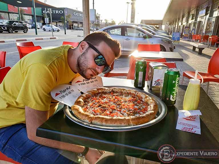 Comiendo pizza durante nuestro viaje en coche por libre en Israel