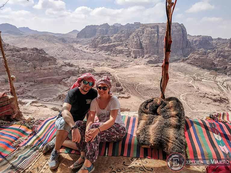 Vistas del anfiteatro desde el primer puesto beduino antes de llegar al mejor mirador del Tesoro