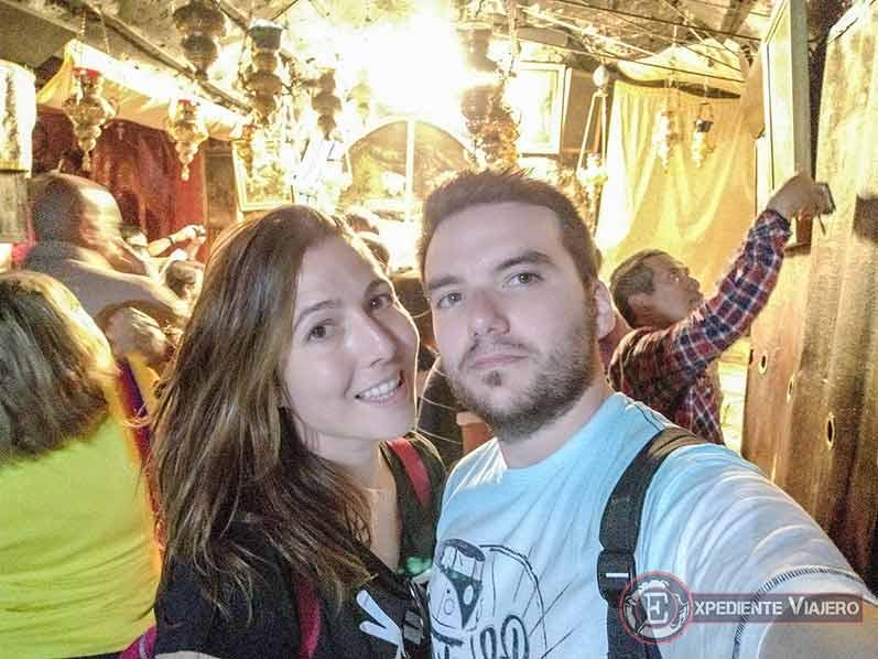 Expediente Viajero en la gruta visitando la Gruta de la Natividad de Belén (Palestina(