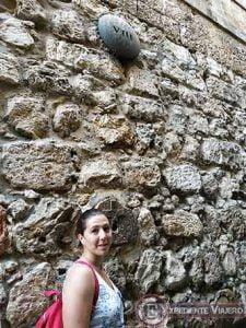 Junto a la señal de la estación VIII de la Vía Dolorosa en Jerusalén