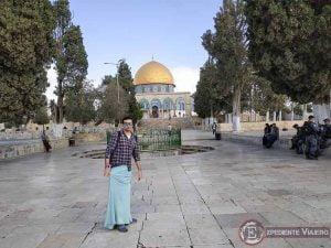 Con falda en la Explanada de las Mezquitas de Jerusalén