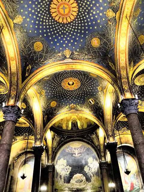 Interior de la Basílica de Todas las Naciones