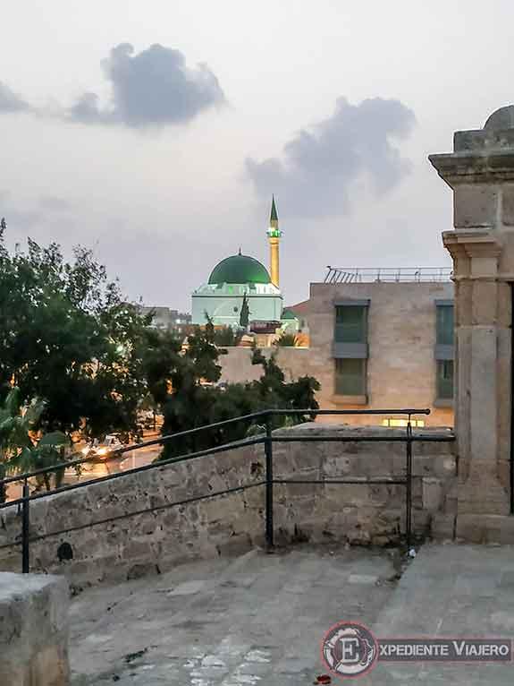 Mezquita Al-Jazzar iluminada