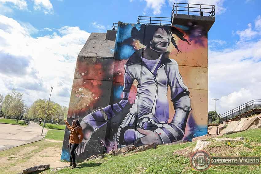 Posando a lo Michael Jackson junto a uno de los mejores grafitis de Torrejón