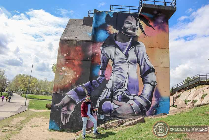 Nosotros imitando a Michael Jackson frente a su grafiti
