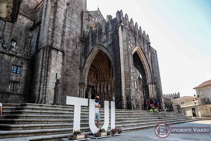 Letras de Tui frente a la catedral