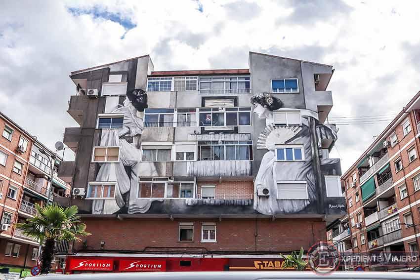Grafitis de Torrejón: ¨Mujeres asomadas a la ventana¨ de José Villegas