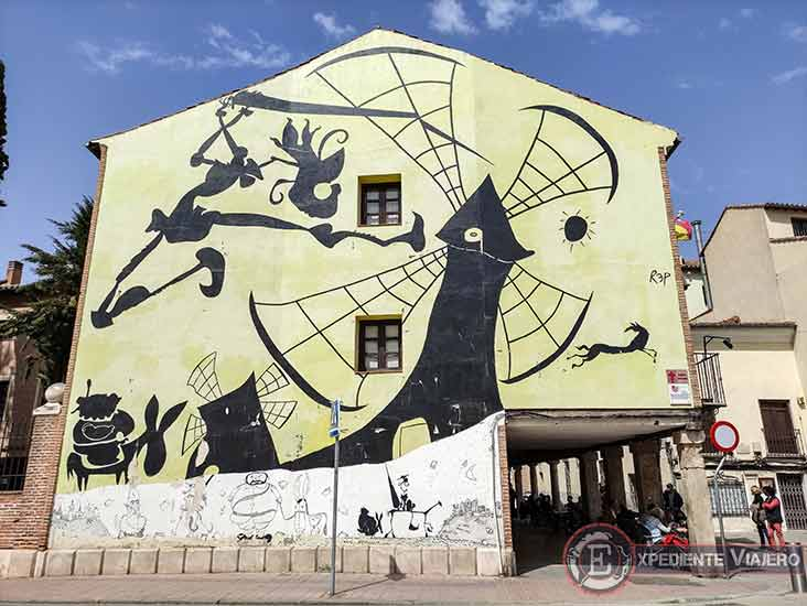 El Quijote en las fachadas de Alcalá de Henares: luchando contra los molinos