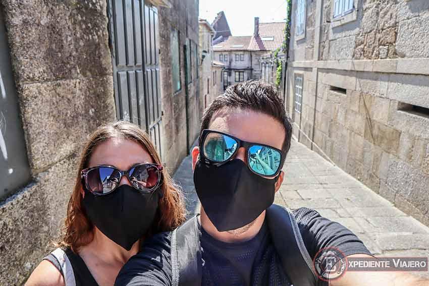 Bien protegidos con mascarilla en el casco histórico de Tui