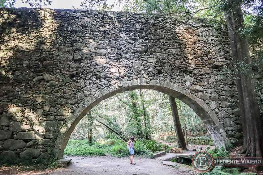 El acueducto de Frendoal en el Bosque Encantado de Aldán