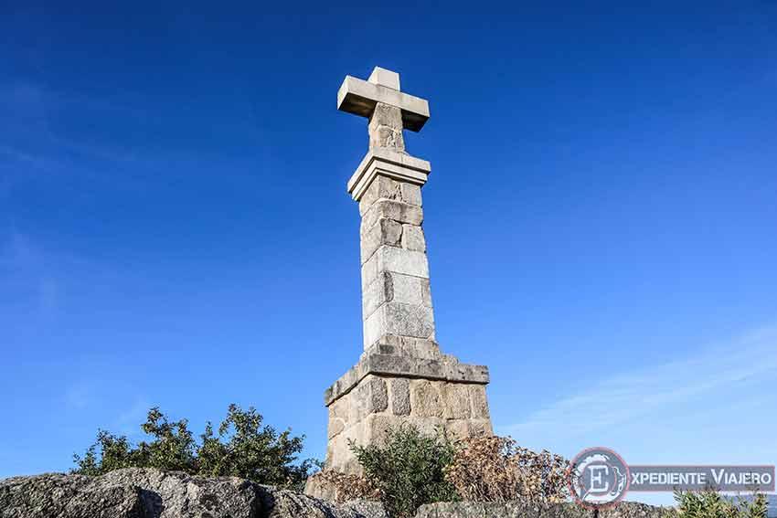 Cruz coronando una de las cimas del Monte da Picaraña (Ponteareas)