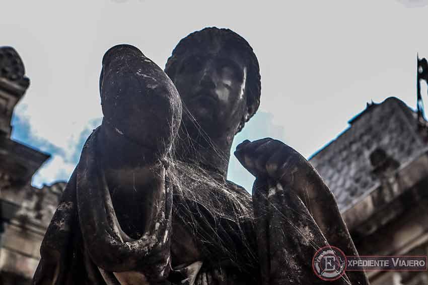 Telarañas en la estatua del Pazo de Lourizán