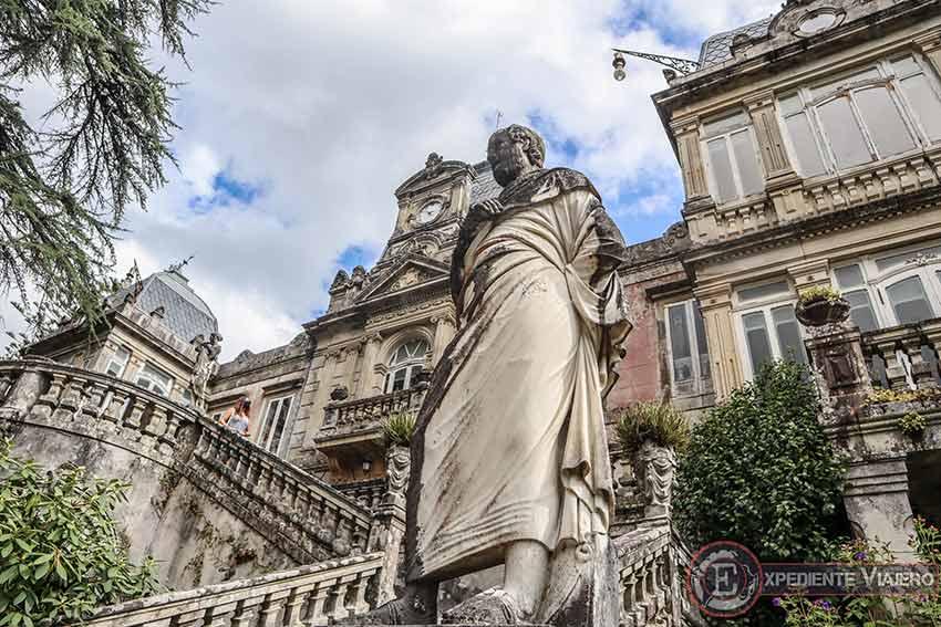 Visitar el Pazo de Lourizán: Estatua en las escaleras