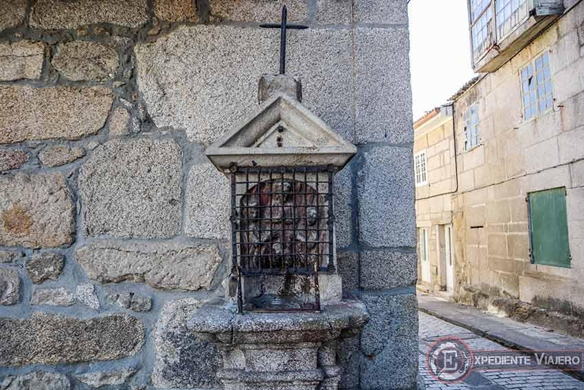 Visitar la Catedral de Tui y las figuras de piedra en la calle