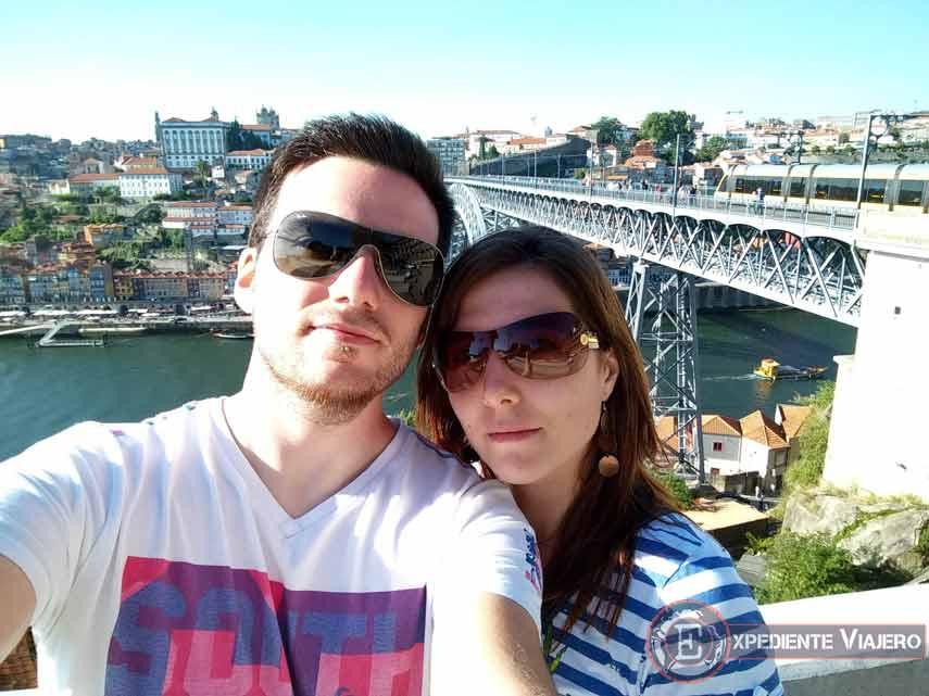 Ana y Dani de Expediente Viajero frente a la Ribeira de Oporto