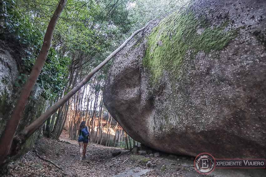 Camino de subida entre grandes rocas hasta el Monte da Picaraña (Ponteareas)