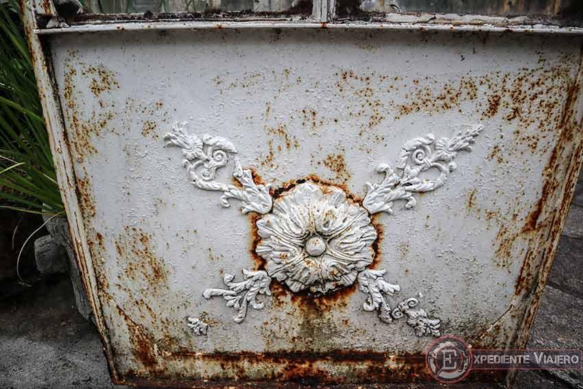 Puerta oxidada del invernadero del Pazo de Lourizán