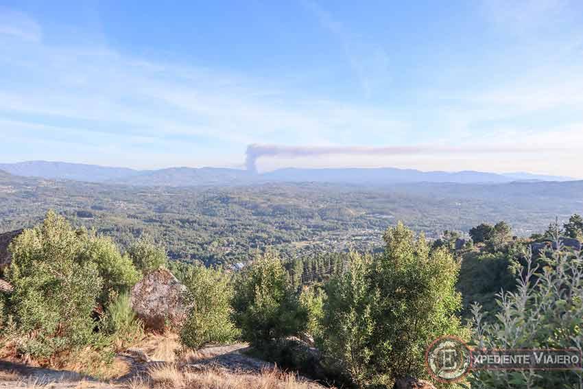 Vistas desde una de las cimas del Monte da Picaraña (Ponteareas), con humo de un incendio incluido