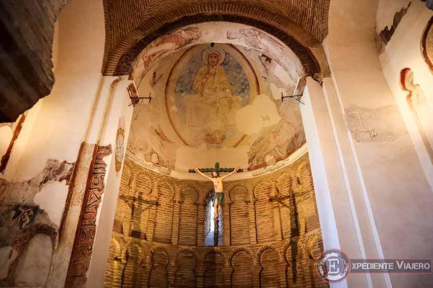 Altar en el interior de la Mezquita del Cristo de la Luz