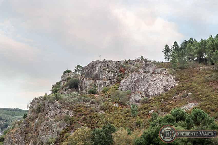 La cima vista desde abajo donde se encuentra el Mejor Banco de la Ribeira Sacra