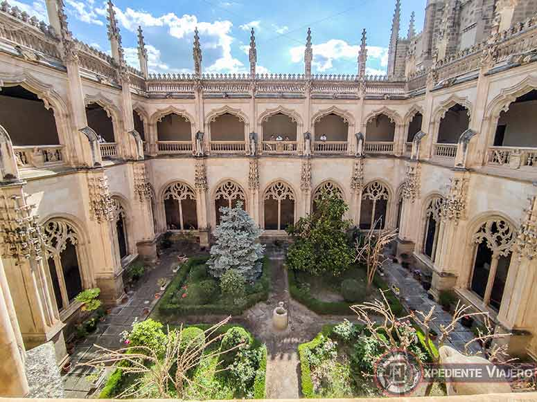Jardín del claustro de San Juan de los Reyes en Toledo