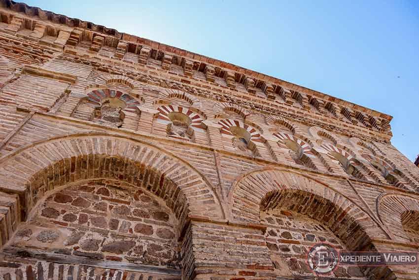 Detalles en la fachada de la Mezquita del Cristo de la Luz