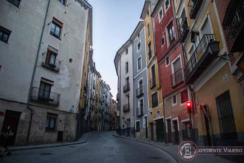 Casas de colores en los rascacielos del barrio de San Mart铆n en Cuenca